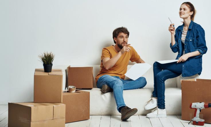 Photo d'un couple qui prépare les étapes d'un déménagement